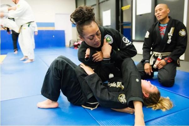 Mikä taistelulaji on paras pienten naisten itsepuolustukseen?